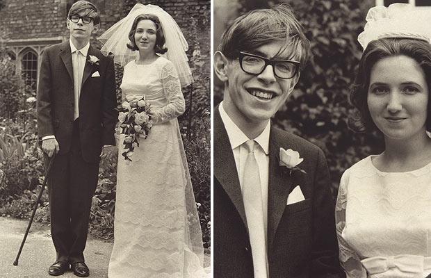 1965年史蒂芬霍金與珍霍金的結婚照,當時霍金還能站立,而且個子滿高的!