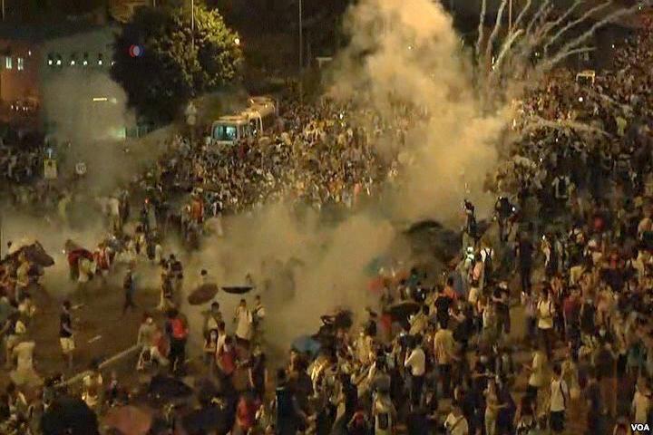 香港警方向示威者發射催淚彈(圖片取自維基百科)