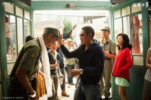 《軍中樂園》工作照,中為豆導。