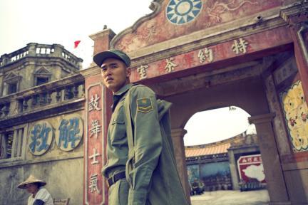 《軍中樂園》的阮經天(右)