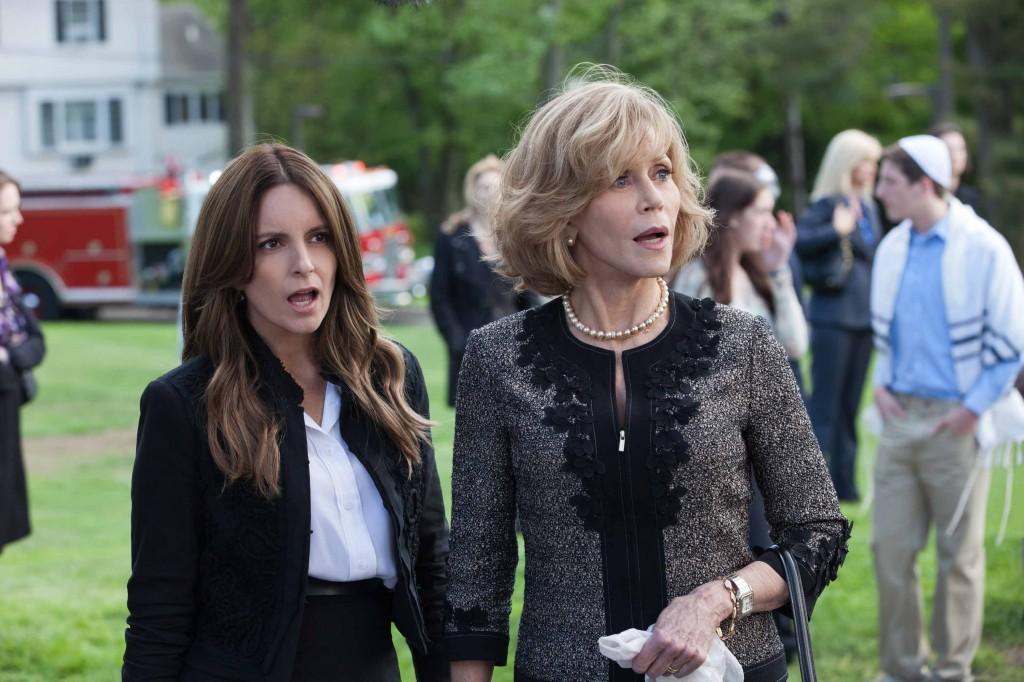 珍芳達飾演口無遮攔又活力十足的母親,左為以電視劇《30 Rock》榮登本世紀女魯蛇教主的Tina Fey。