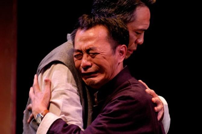 李國修(右)曾說:「能哭是幸福的。」