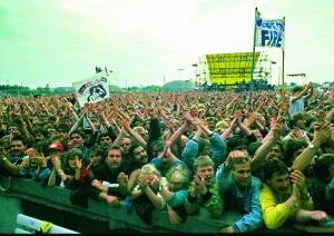 演唱會現場氣氛熱烈,許多歌迷甚至自製美國國旗揮舞。