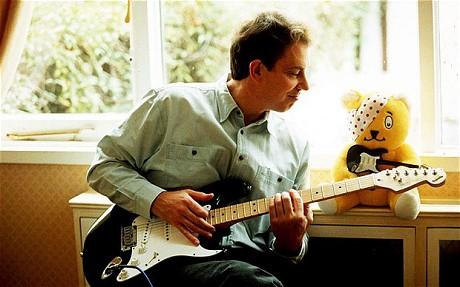 1995年,布萊爾與他的電吉他一起入鏡(圖片來源:telegraph.co.uk)