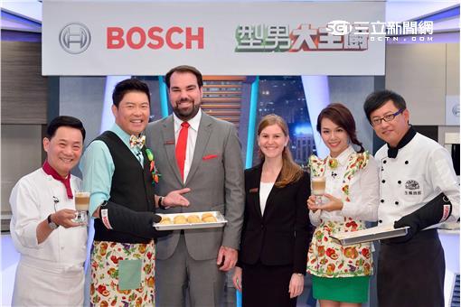 德國Bosch博世家電一行人與阿基師等主持群合影。圖片來源:三立